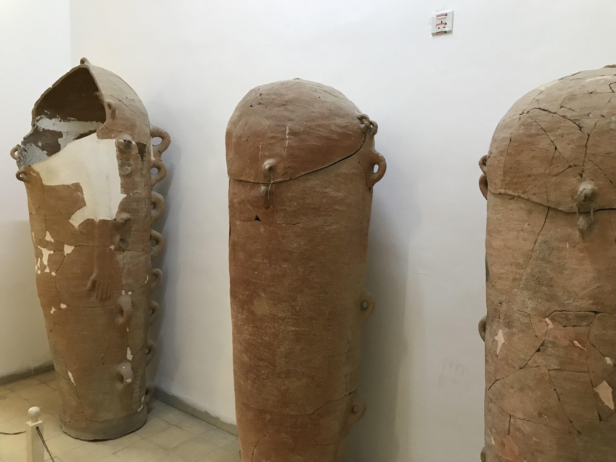 """死海地区发掘的约旦远古居民土葬的""""棺材"""",棺材用土陶制成。"""