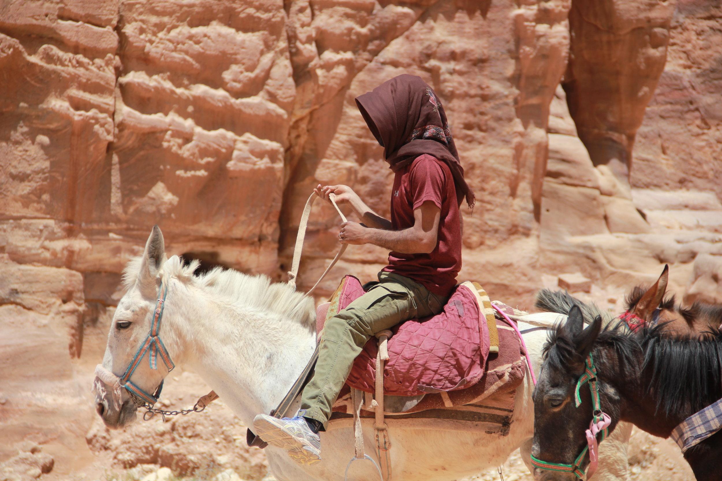 骑在马上的青年贝都因人,道听途说不少欧美女子,被他们脱俗和野性的魅力纷纷陷入爱河。