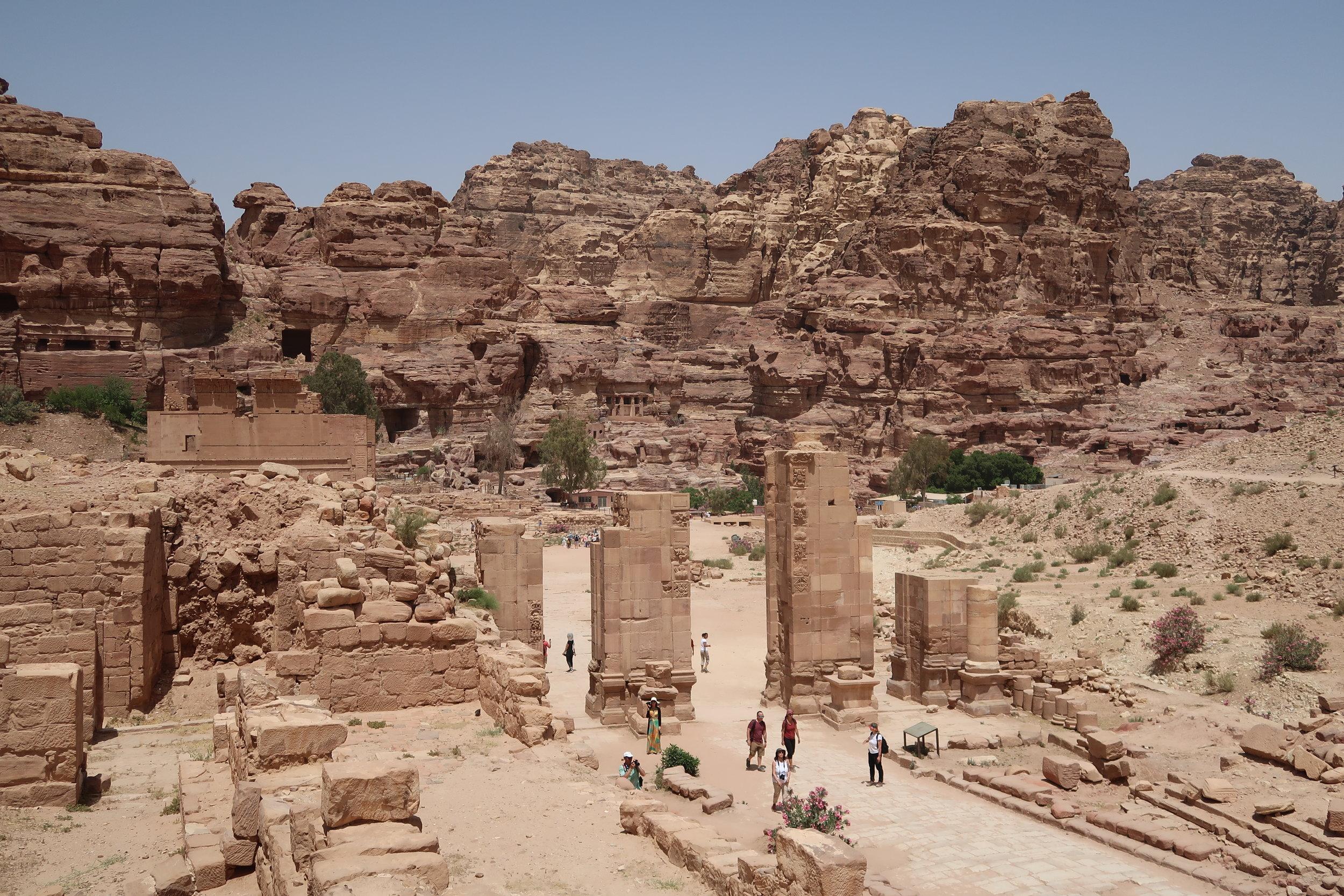 从大神庙往下看,柱廊街和街道古城门遗址,尽收眼底。