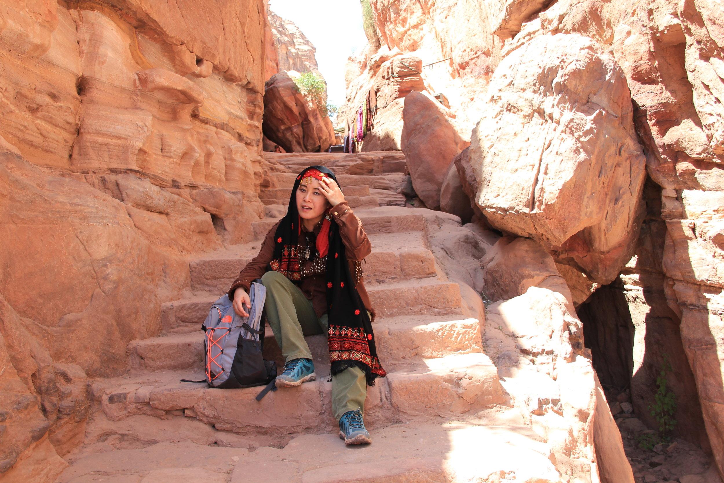 我太累了,坐在石阶上休息。