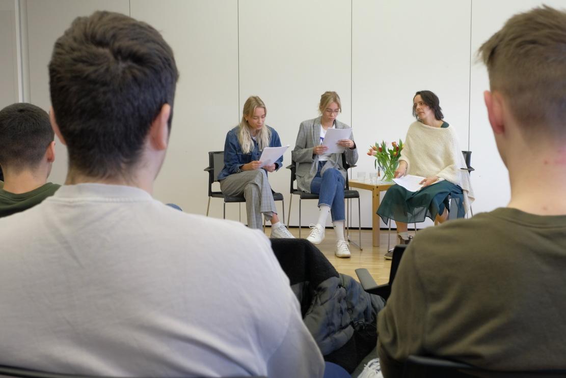 Lisa und Lena lesen die Gedanken der verstorbenen Maja. Daniela Aldinger trägt ihre Erfahrungen aus der Zeit bei.