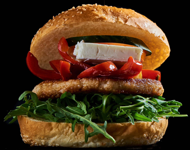 Greek Town Burger - mit Tzatziki, Feta, Peperoni, Rucola, Tomatenchutney, Salatgurke und Tomate16.50