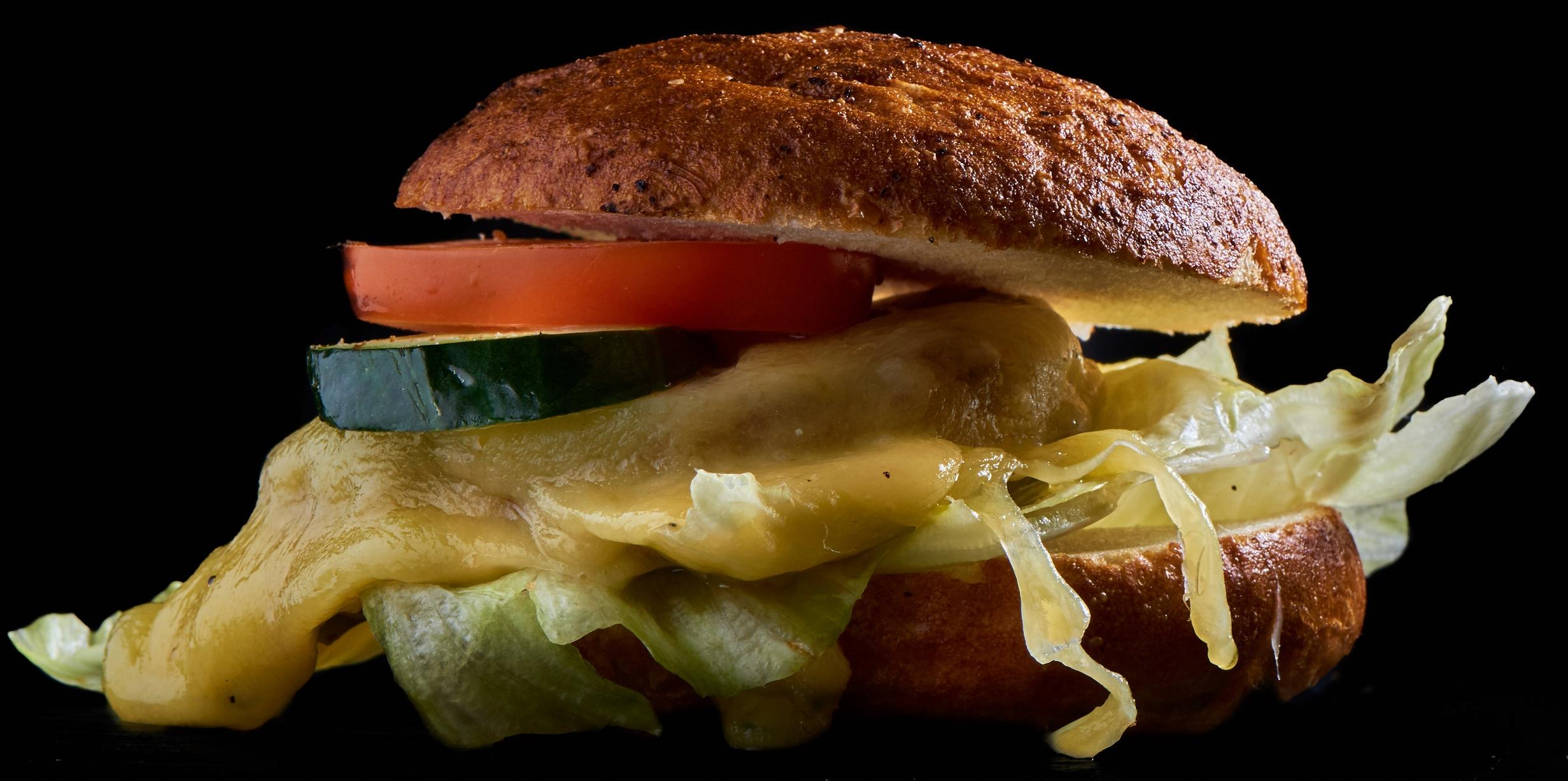 Cheez Burger - mit Käse, Salat, Salatgurke, Tomate und Relish14.20