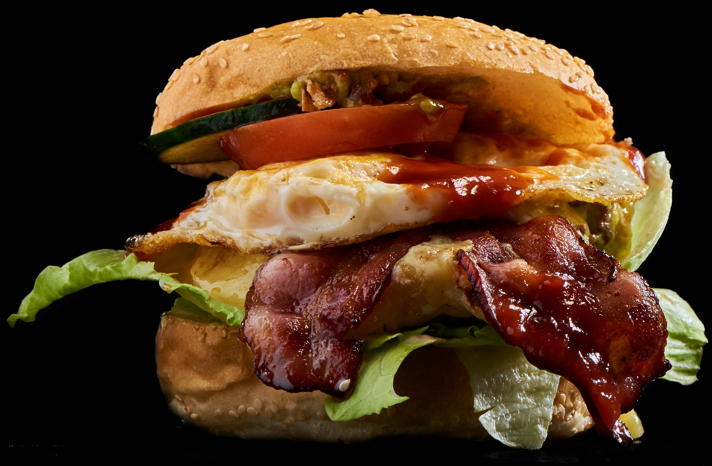 Paramount Burger - mit Speck, Röstzwiebeln, Ei «over easy», Käse, Barbecue-Sauce, Eisbergsalat, Salatgurke und Tomate. Auch als Doppelburger erhältlich! (plus 2.50)17.90