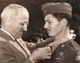 Desmond Doss Medal of Honor from Truman in 1945.png