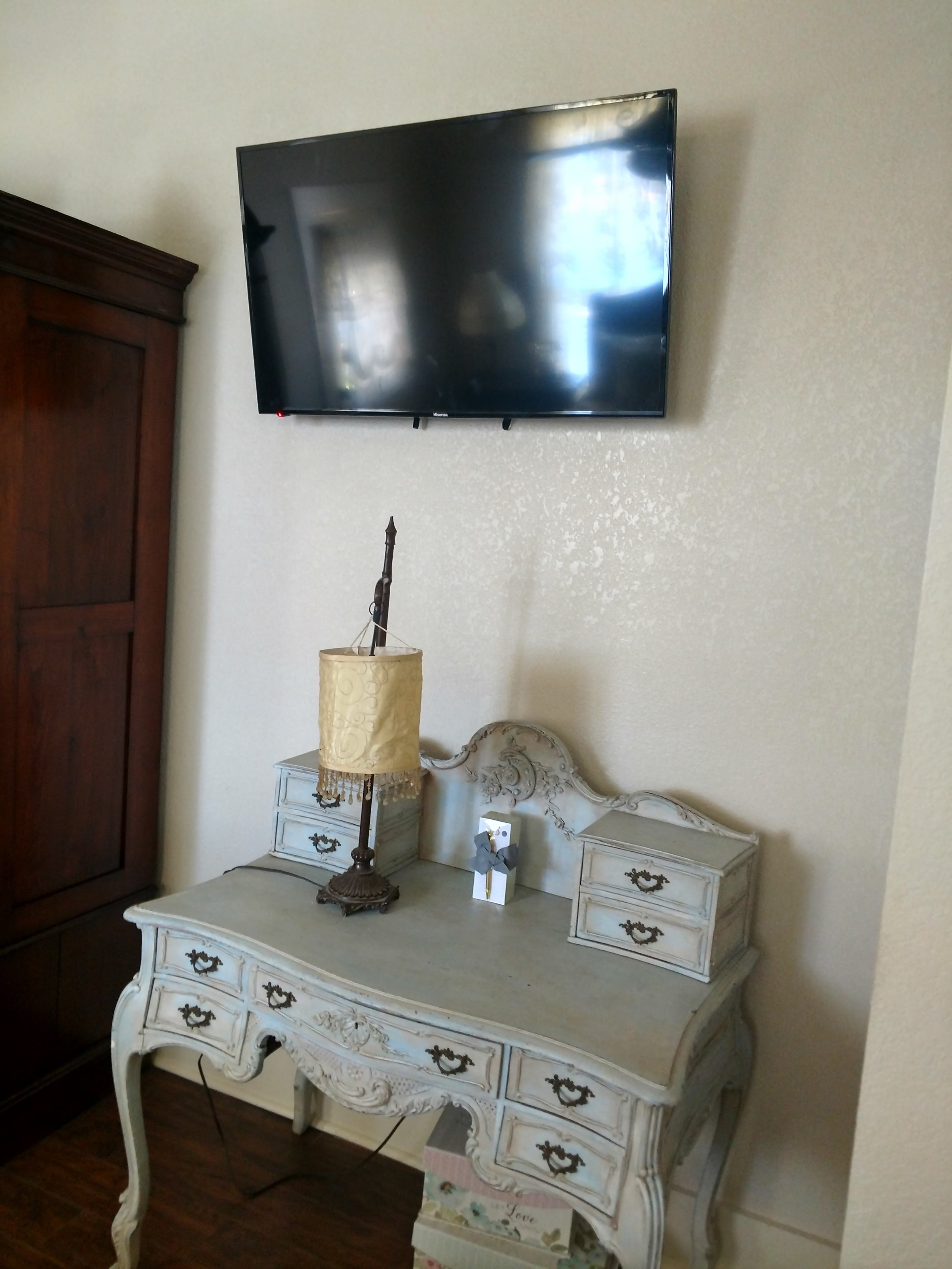 Big House_desk and tv King alex room.jpg