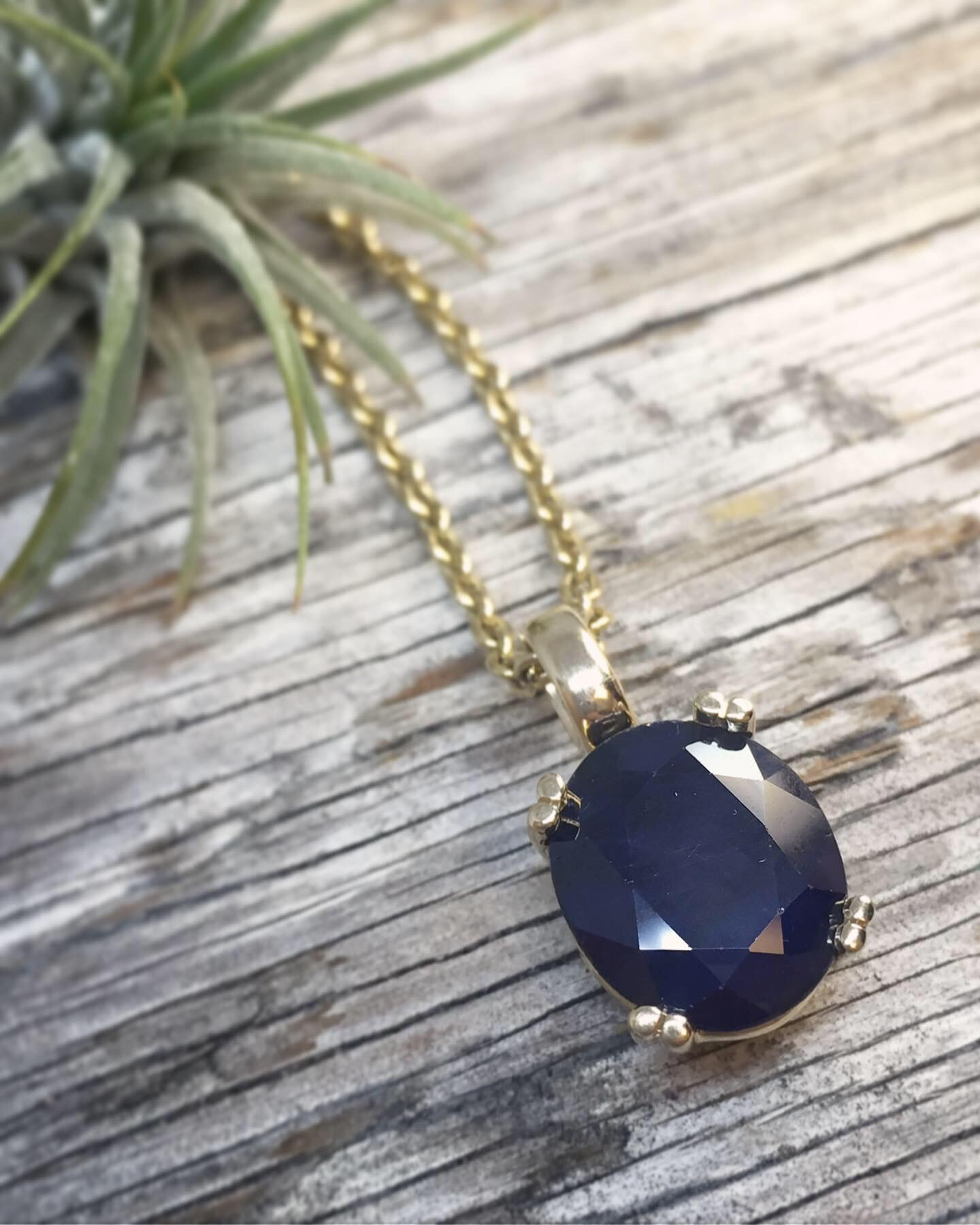 vancouver-jewelry-sapphire-gold-pendant-claw-verena strigler.jpg