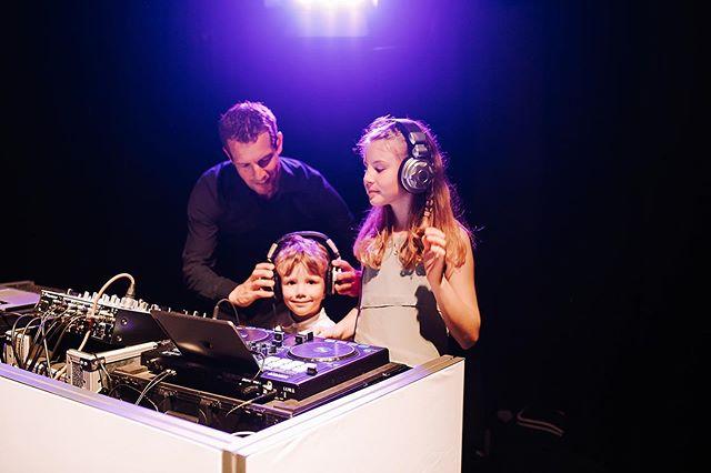 🎧✨ Kids just wanna have fun - Bei uns feiern die Kinder mit. Egal ob bei mir am Mischpult, als DJ oder Djane, oder bei unserer professionelle Kinderbetreuung  @kids2events. Denn wir finden: Kinder und rauschende Feste - das passt zusammen. Vielen Dank liebe @raquelsandovalphoto für das tolle Foto! . . #hochzeit #wedding #dj #music2people #kinderbetreuung #heiratenmitkindern #kids2events #vaduz #liechtenstein