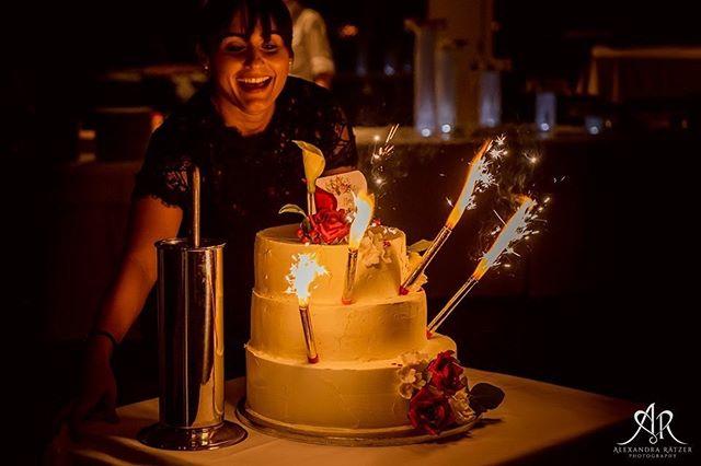 🎧 Die Hochzeitstorte ist ein Highlight an jeder Hochzeit. Doch wann ist der beste Zeitpunkt um die  Hochzeitstorte anzuschneiden? Wie finden wir das passende Lied? Schaut doch mal auf unserem Blog vorbei, hier bekommt Ihr alle Infos zu diesem Thema. Das tolle Bild ist übrigens von @alexandra_raetzer_weddings. . . #hochzeitstorte #inspiration #hochzeit #wedding #dj #music2people #hotelmarina #zürichsee #lachen #schweiz