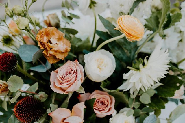 Can't get over these florals 🖤🖤🖤 hiring a good florist makes a world of difference! . . . . #montanaphotographer #billingsphotographer #montanaweddingphotographer #billingsweddingphotographer