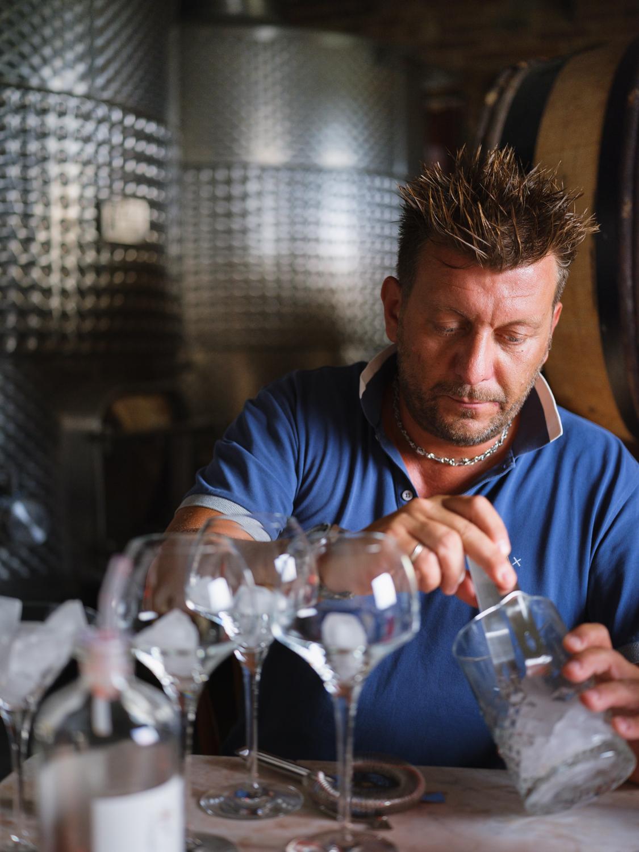 Nach der Arbeit wird im Keller entspannt mit einem Bitter (aus der Erba Volant Serie) ein Aperitiv zubereitet.
