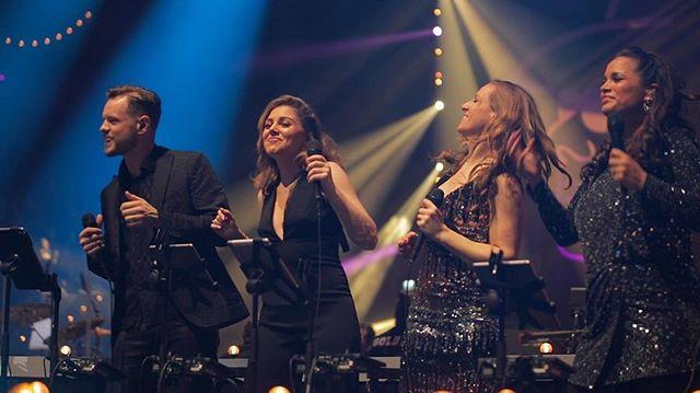 Klaar voor show 4/4 van @hollandzingthazes. Het blijft een eer om deze show te mogen doen en de schat aan liedjes van #andrehazes te mogen brengen in de grootste popzaal van Nederland, @ziggodome En dat met de fijnste collegas! Liefde voor jullie allemaal❤️ #hollandzingthazes
