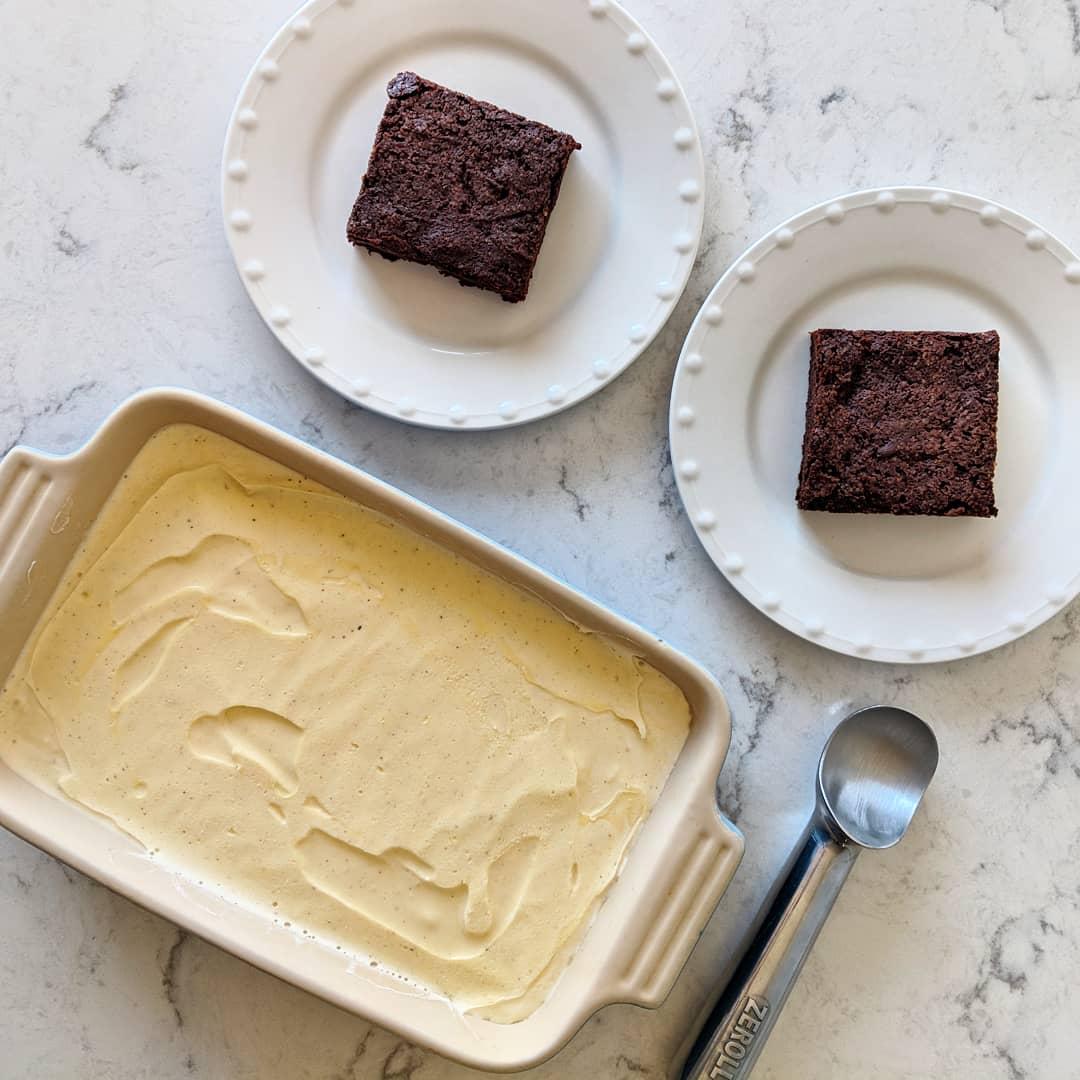 vanilla_ice_cream_with_fudgy_brownies.jpg