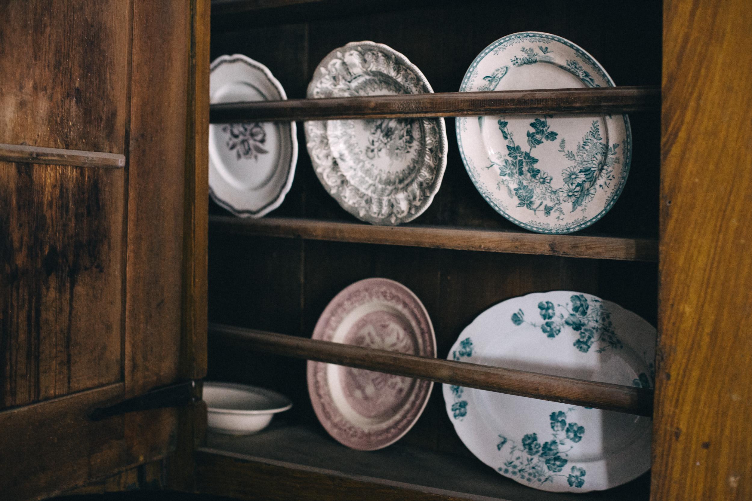 Charmigt vintage-porslin i olika färger.