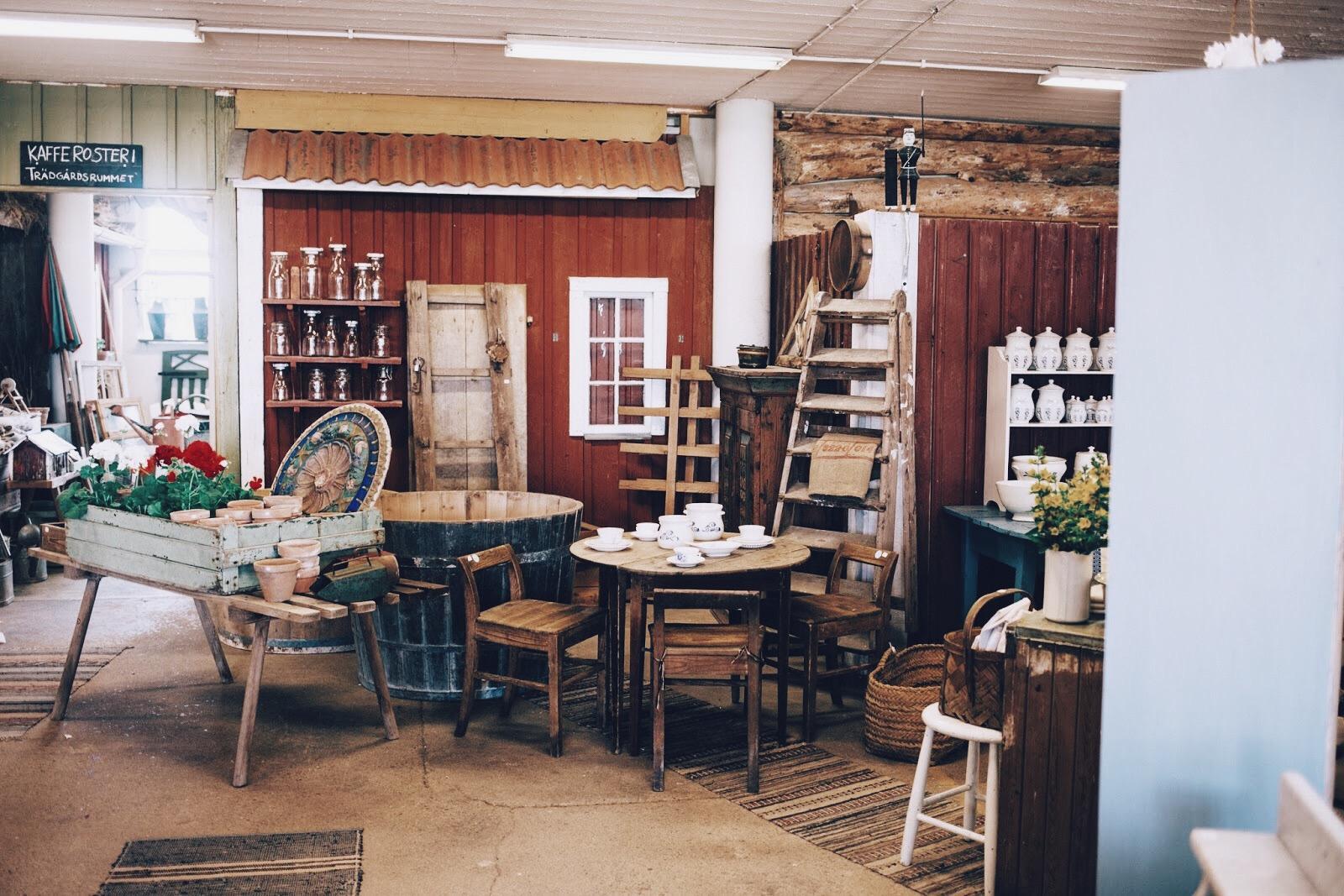 """I ladan hittar man handplockade, riktigt gamla prylar och möbler. Detta är ingen loppis där 90 % är """"skräp"""", här vill man helst köpa ALLT!"""