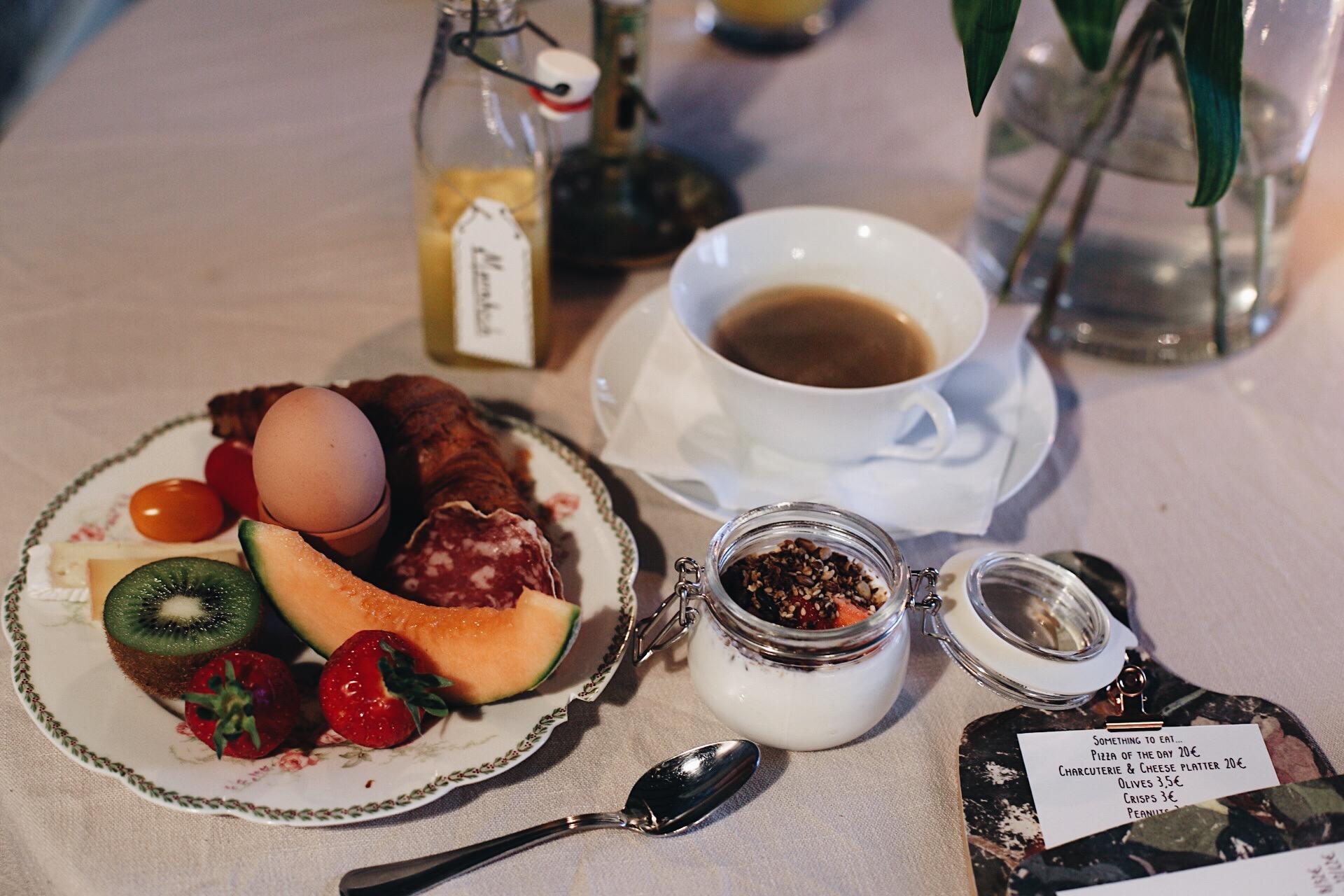 Hemmagjord Fikonmarmelad, egenrostad granola, färsk frukt, goda ostar och nybakt bröd. Plus en massa annat gott! Bästa frukosten på länge!