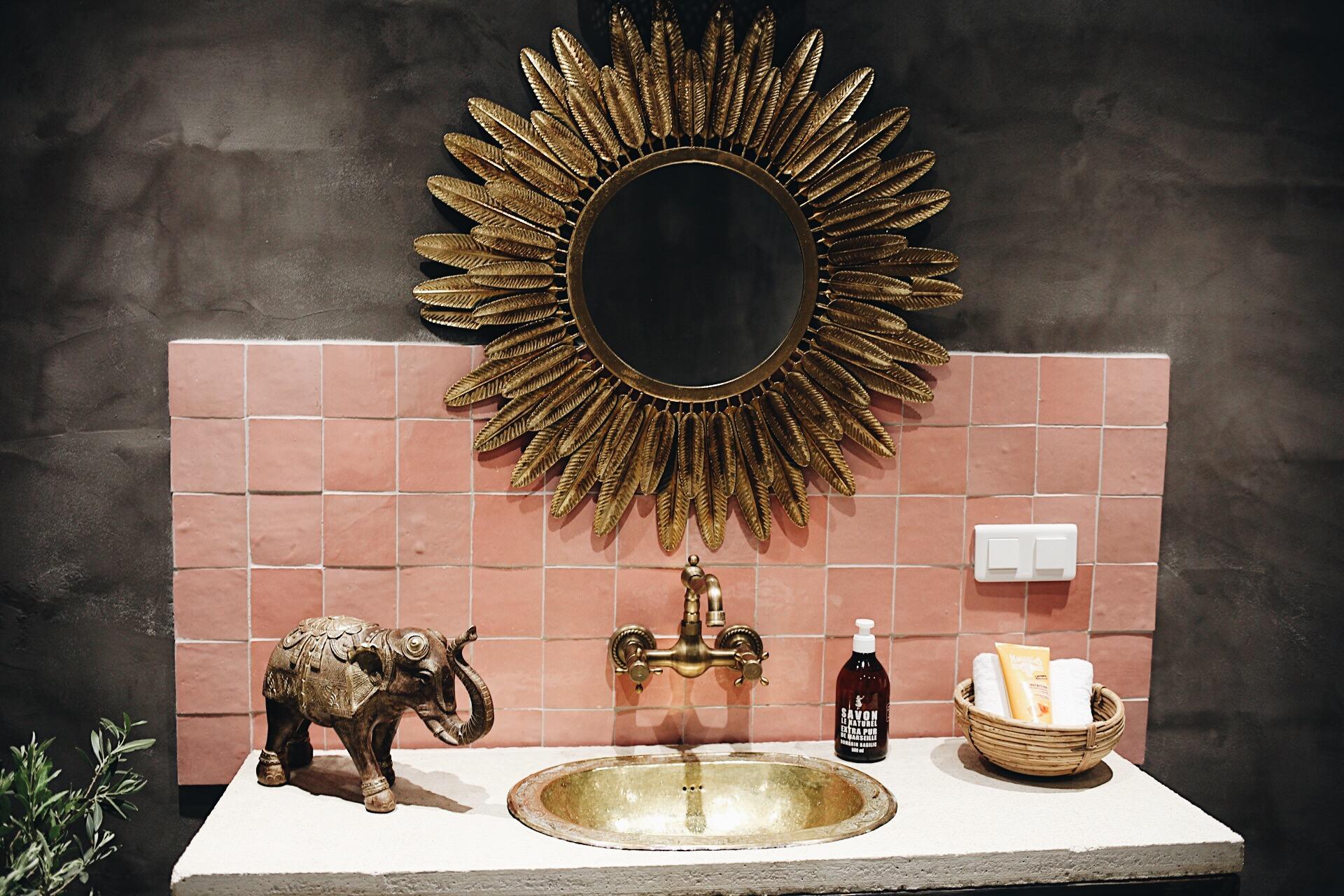 Jag gillade speciellt badrummet, med rosa kakel och detaljer i guld.   Skrattande berättas det att knappt ett dygn före första gästerna skulle anlända hit, så bestämde man att göra om golvet. 20 min innan byggnadsbutiken stängde sladdade Lisa in och köpte klinker. De jobbade heeeela natten, och när gästerna kom var rummet (nästan) klart.   Vi var tvungna att fördröja incheckningen något, men det gick bra minns Lisa.