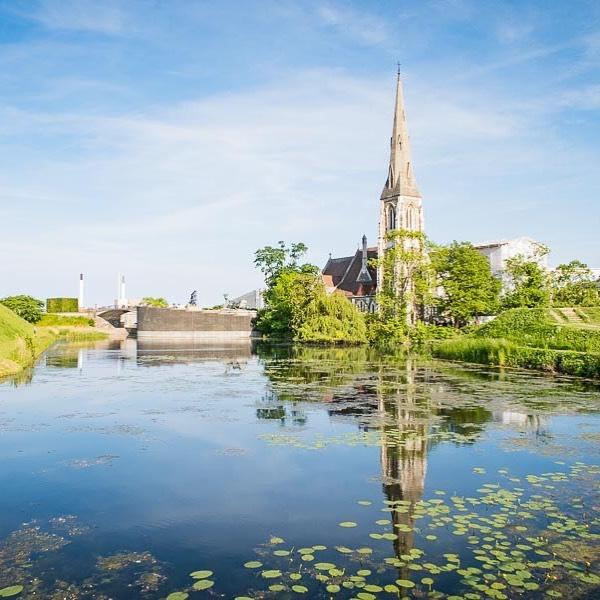 Church reflection  #bodylpics #kopenhagen #denmark #church