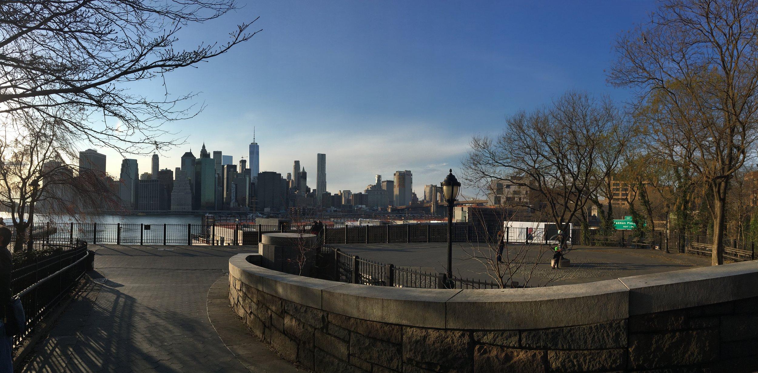 Brooklyn Heights Promenade. Must see also.  冬のプロムナード。イーストリバー越しにマンハッタンのスカイラインが一望できる。