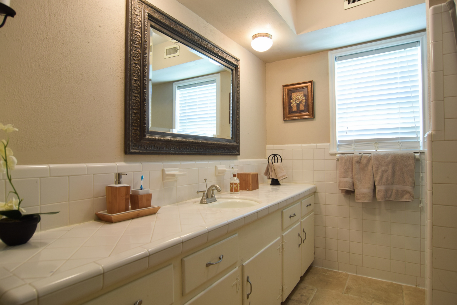 Bath Downstairs 10020 Harwich Dallas TX 75229.jpg