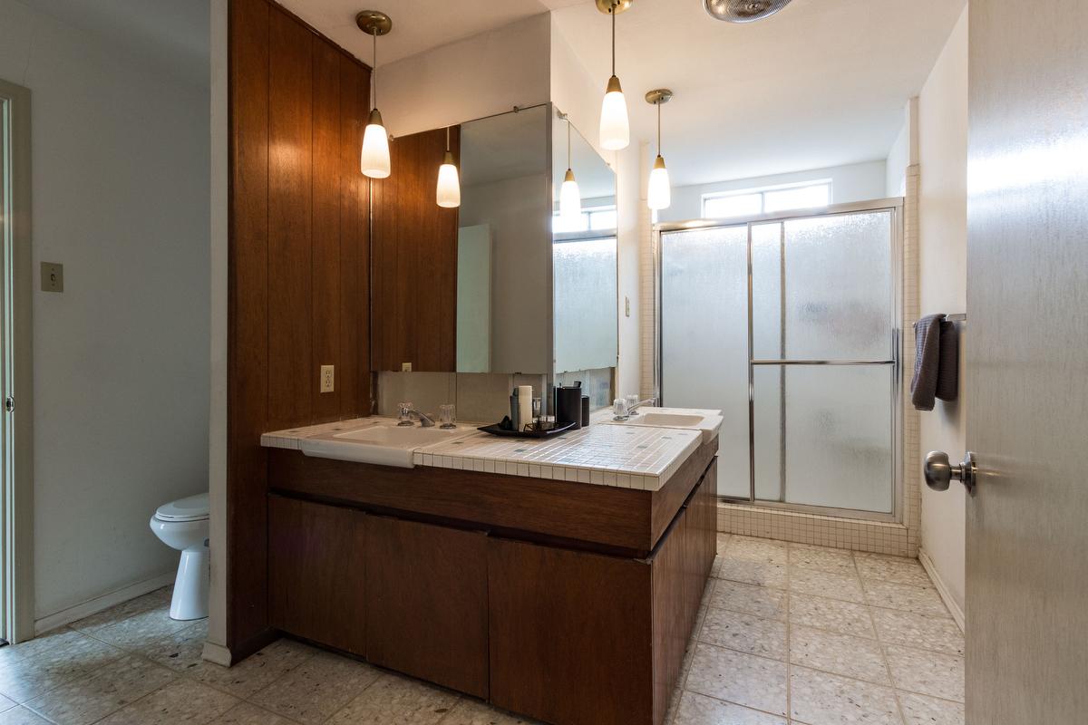 23_masterbathroom.jpg