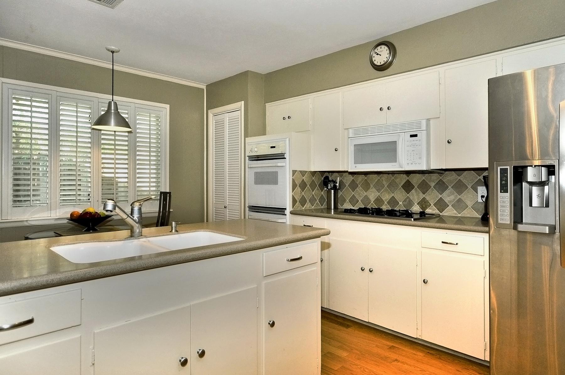 3350 Valiant Dallas Kitchen & Breakfast area.jpg