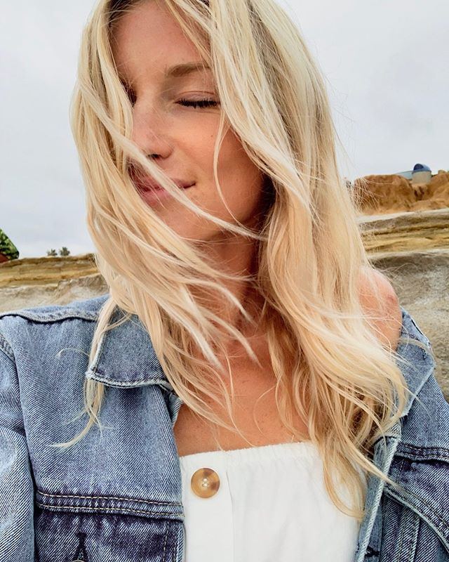 Got that California Blonde vibe comin thruuuu☀️ How perfect is she?!? @emyleewood PS go check out her new brand ⇨ ⇨ ⇨ @denim_revival ⇦ ⇦ ⇦ for some super cute jeans! #denimrevival #californiablonde