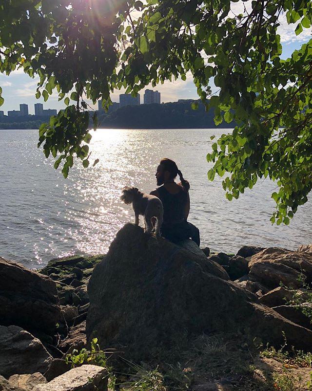 Y me llaga el Amor.... Best times with Muñeca  Captured by 📸@theelephantintheroom_  #love #hudsonriver #newyork #doglovers #amor
