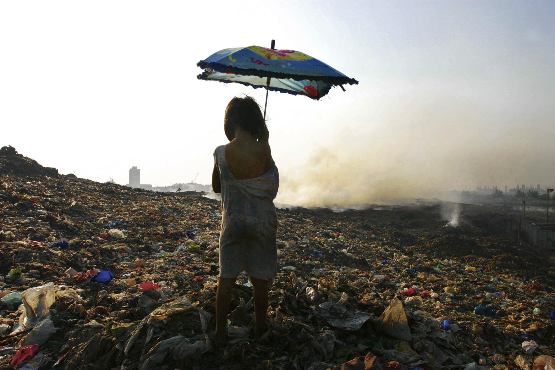 """""""Smoky Mountain."""" Rubbish dump. Manila, 2005"""