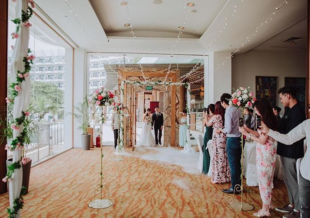 Our work for @plquek's garden theme wedding, held at Shangri-La's Rasa Sentosa Resort proved to be an idyllic setting for her special day 🌷 The surrounding greenery provided a delicate filter for the clear skies that afternoon, and guests could also hear the sound of ships passing by, which all in all added to the peace and tranquility of the joyous occasion. The bride had been a pleasure to work with, thank you for making it so easy to collaborate! You certainly were no bridezilla 😂👌