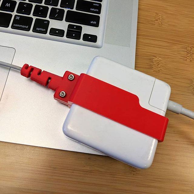 Handy 3D printed gadgets #tgif #nowThatsCreaLive . . . . #macbook #3dprinting #gadgets #lifeHack #lifesaver #photooftheday #filament #tech #hightech #smart