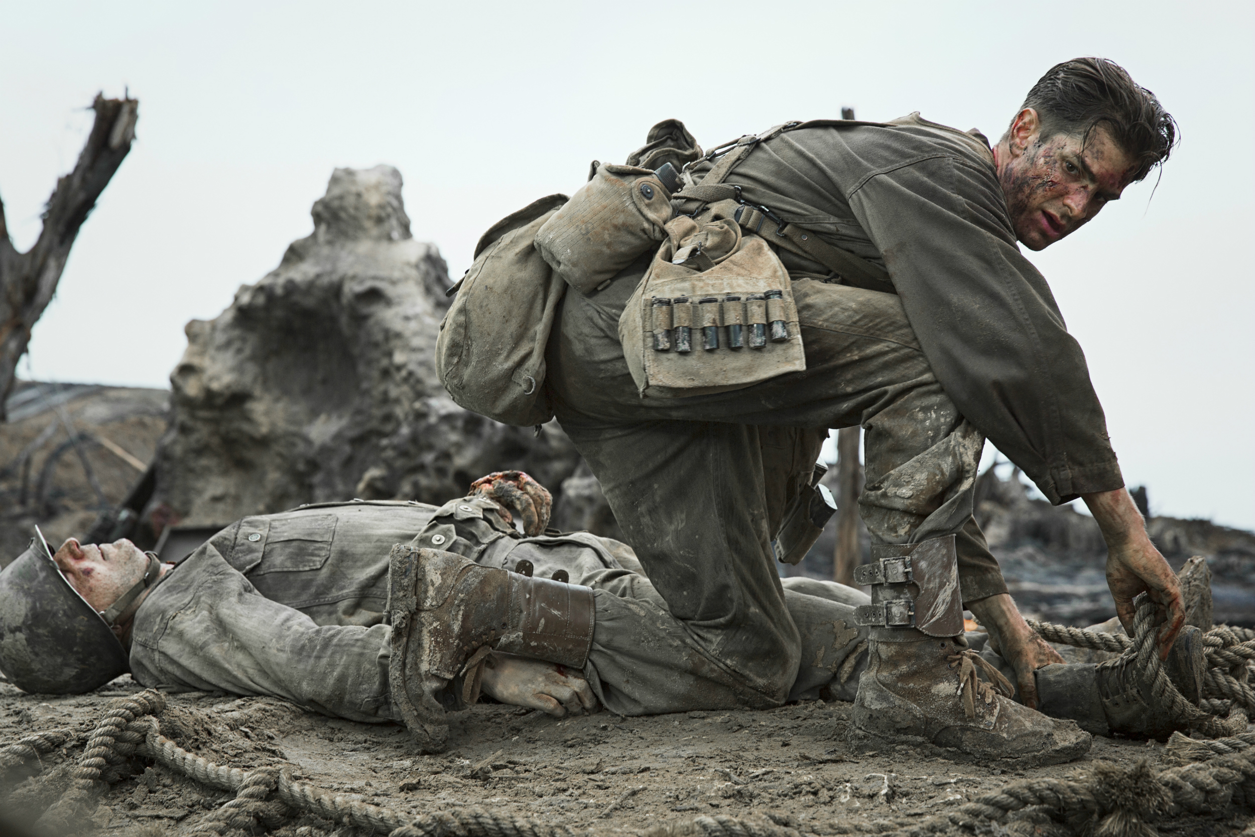 Hacksaw Ridge - Amanda discusses the World War II film, Hacksaw Ridge, with return guests Nathan and Sam. Nathan counts the squares in a cargo net, Sam tells a story from her days in boot camp, Amanda wants to run her hands through Andrew Garfield's hair, and both Amanda and Sam are fans of the character Hollywood…'s physique.