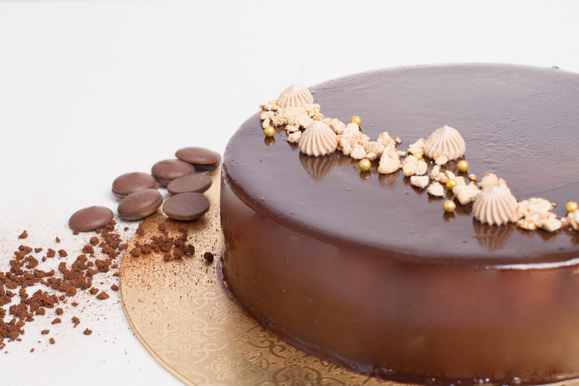 Mocha Entremet - Ø18 cm - Rp. 400.000,-Ø20 cm - Rp. 600.000,-Velvety chocolate mousse with coffee cremeux and almond dacquoise insert on top of crunchy cocoa streusel. A classic combination of coffee and chocolate with a modern twist. Garnished with miniature coffee meringues and dacquoise crumbles.