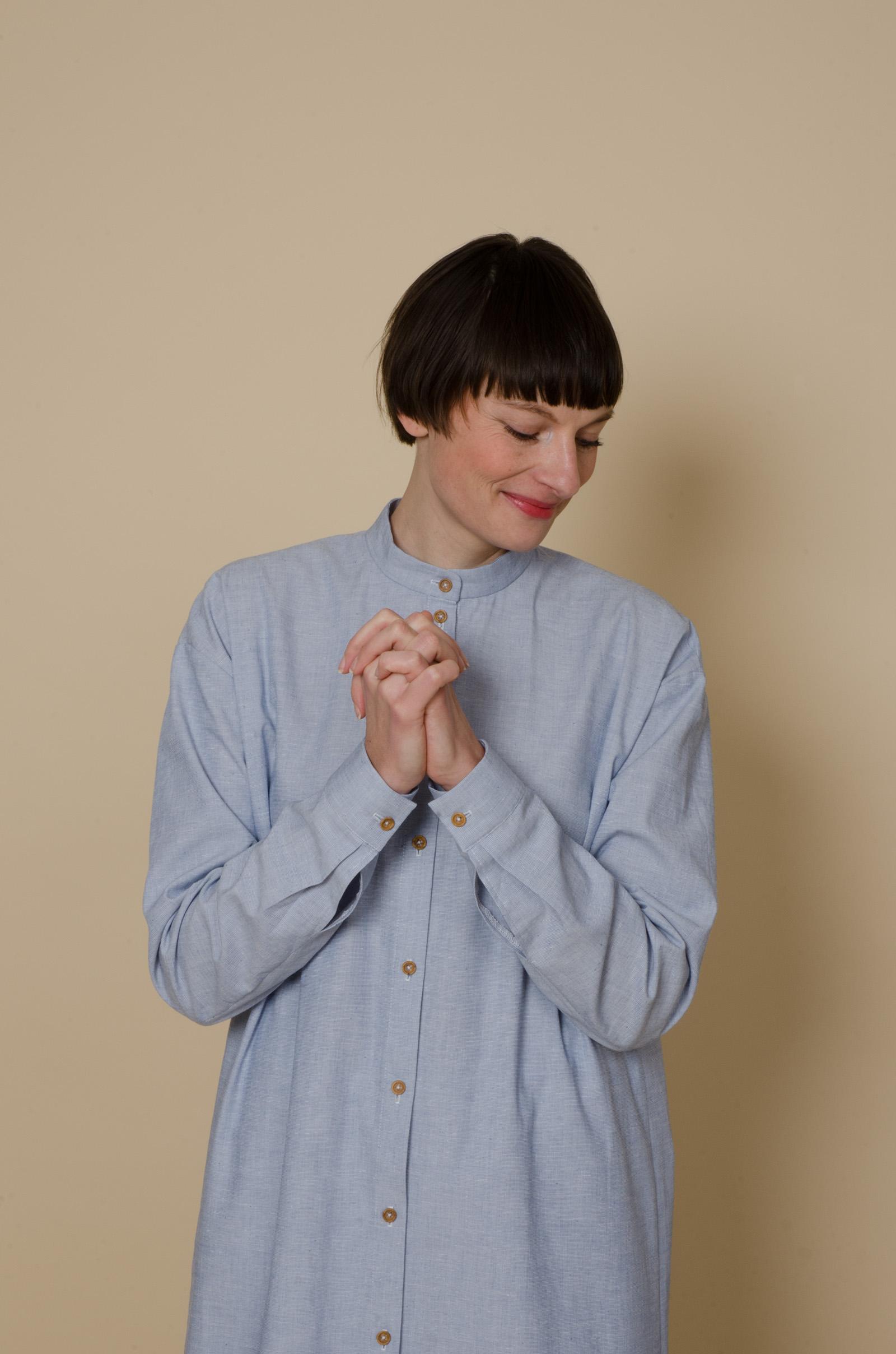meinwerk diy schnittmuster & anleitung oversized shirtdress. nähanleitung, hemdkleid nähen, hemdkleid schnitt, bluse nähen, blusen schnittmuster, blaues weites hemdkleid selber nähen, weite bluse, weites blusenkleid, oversized bluse, tunika schnitt, diy design, hemdstoff, blusenstoff, handmade shirt, diy berlin, minimalistisch, minimalism, puristisch, slow fashion, nachhaltig, skandinavisch,