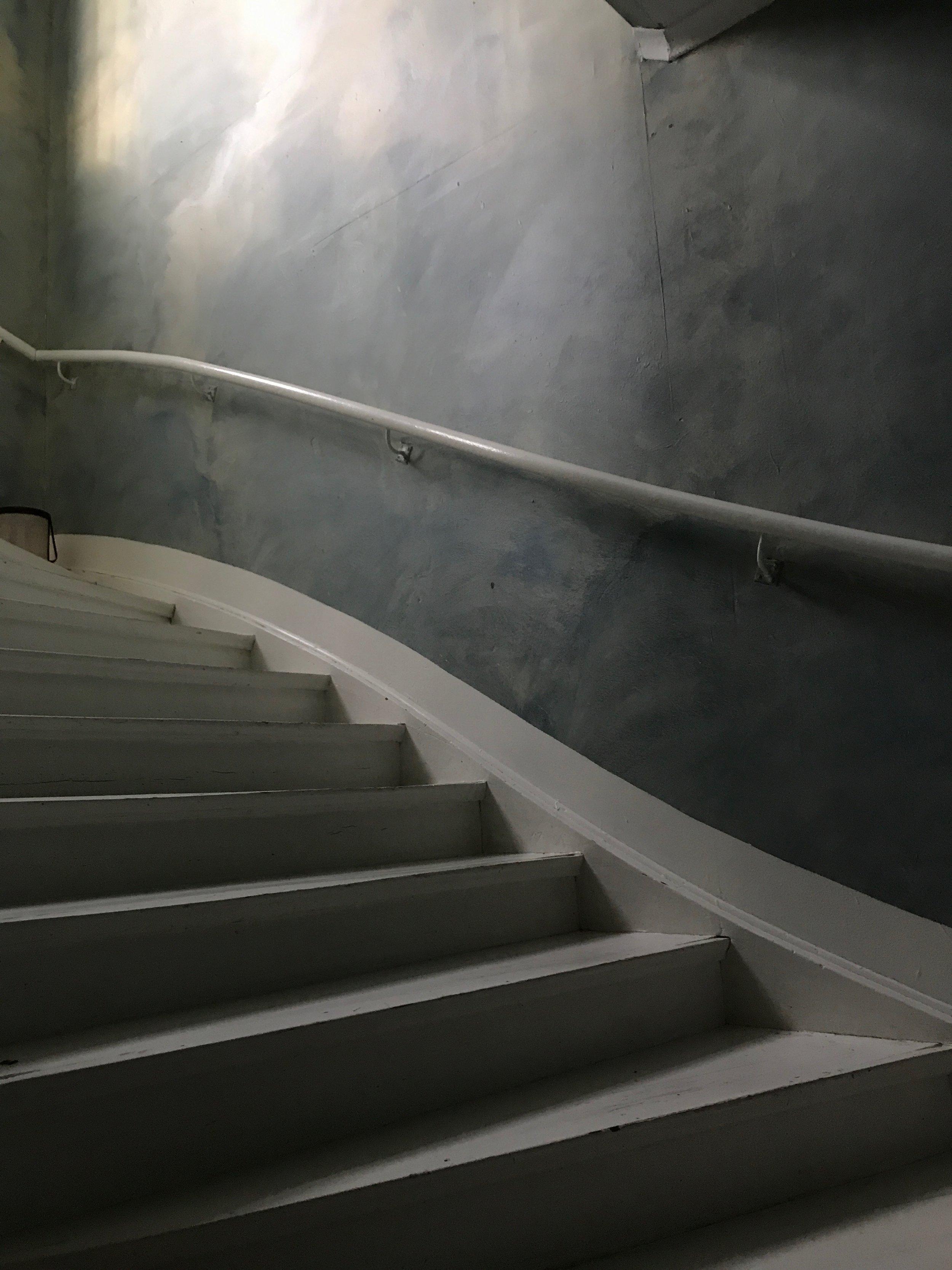 Yogasalen en trapp opp.
