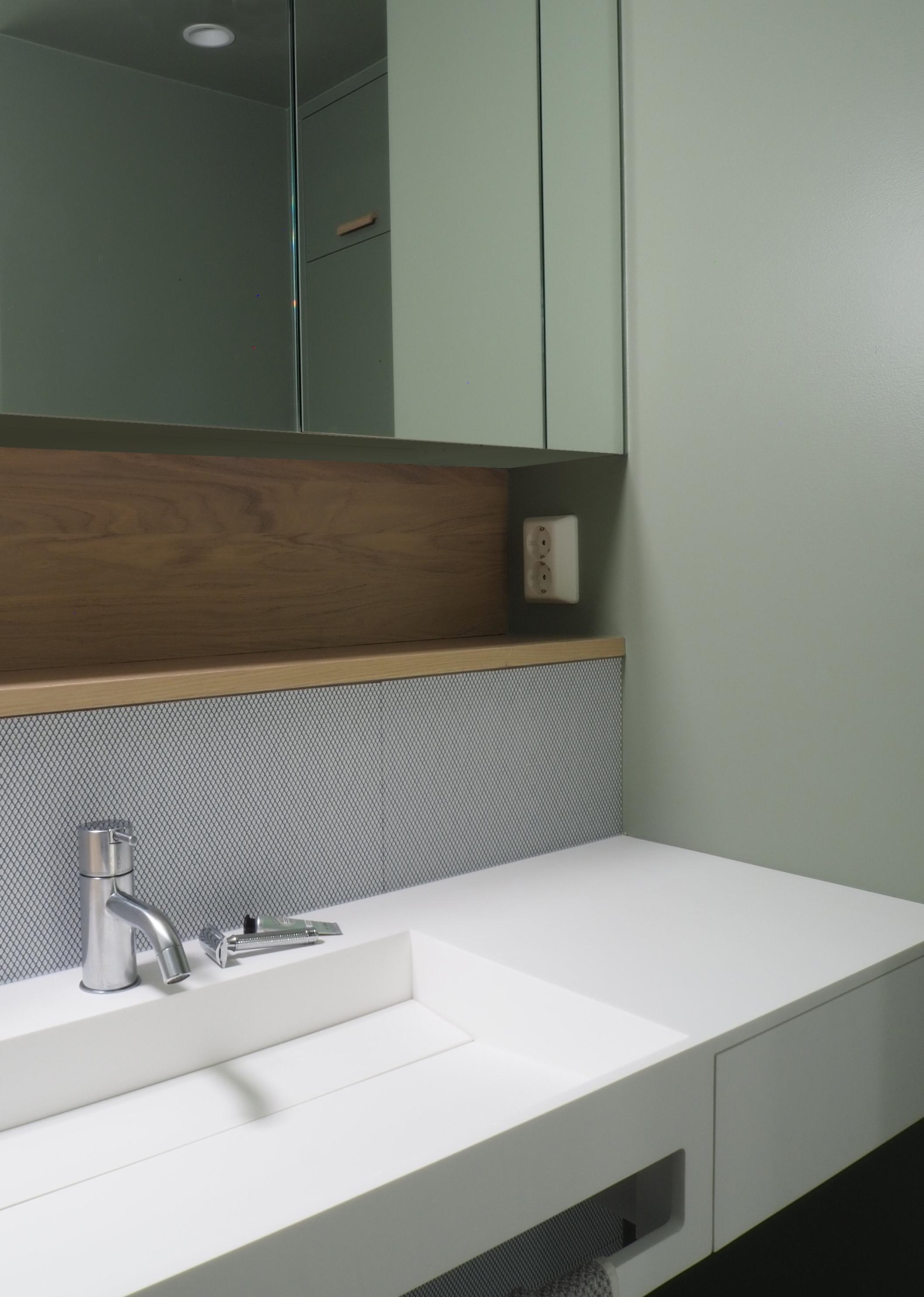 Servant fra Bath Copenhagen er kjøpt hos Bella studio. Den integrerte håndkleholderen er praktisk plassert under vasken, til høyre en skuff for de små stellesakene.