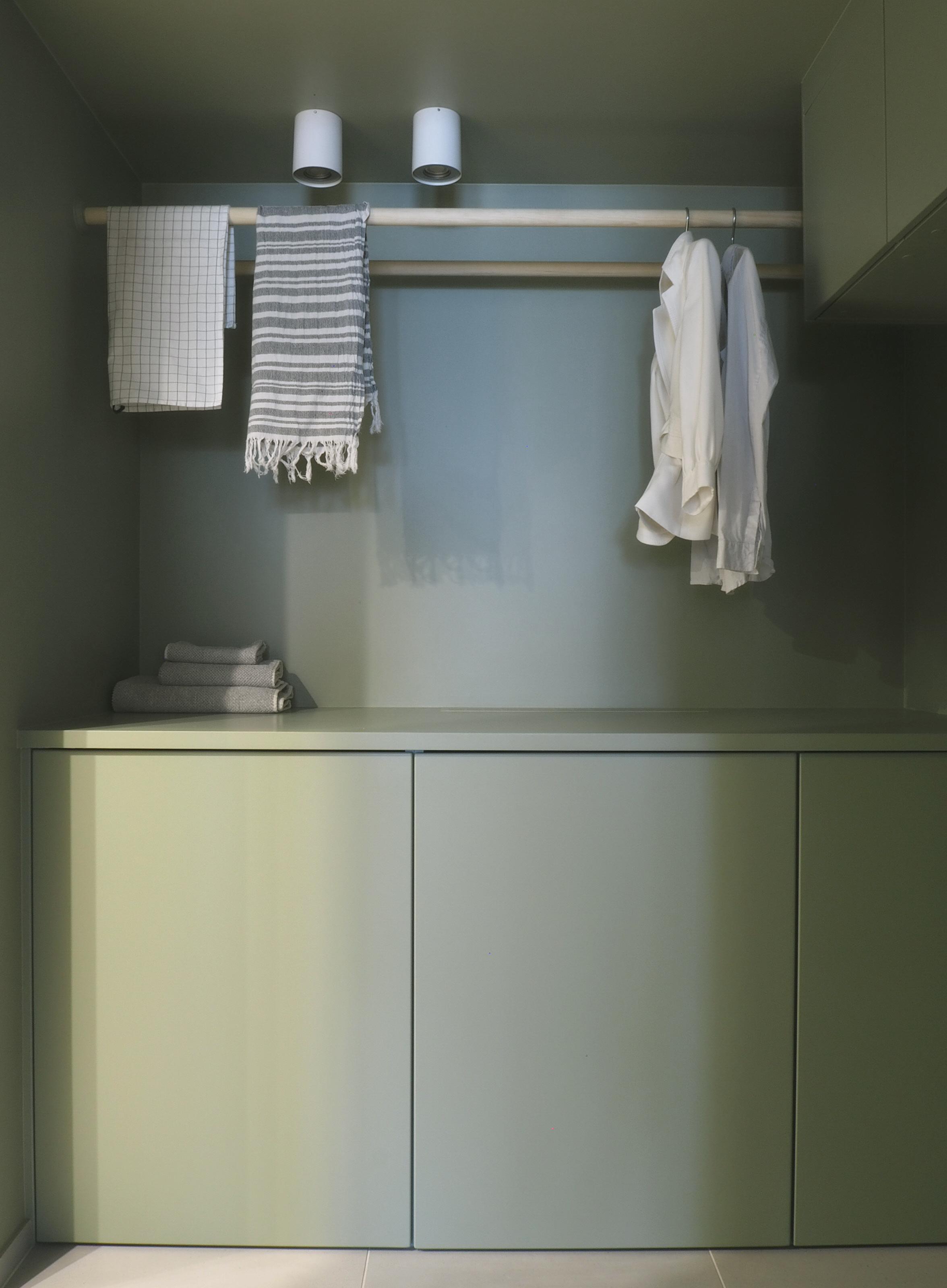 Rundstokk montert fra vegg til vegg løser behovet for lufttørking av klær.