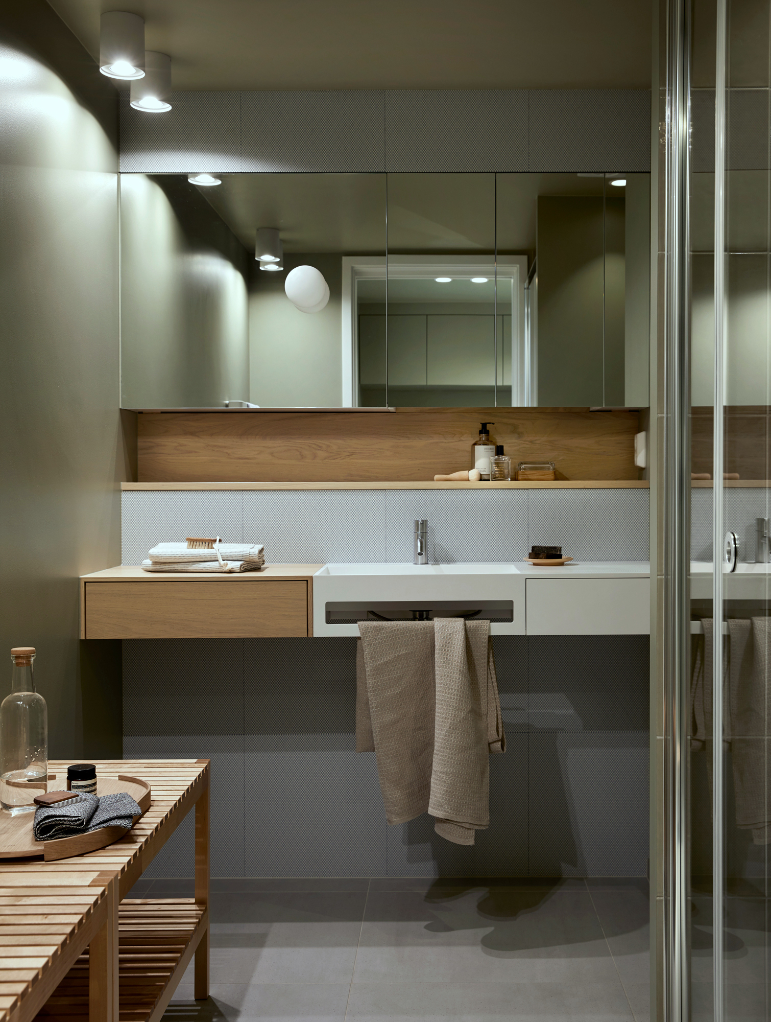 ENKLERE HVERDAGSLIV. Oppussing av bad og nytt vaskerom med en estetisk helhet og smarte løsninger for en enklere hverdag.