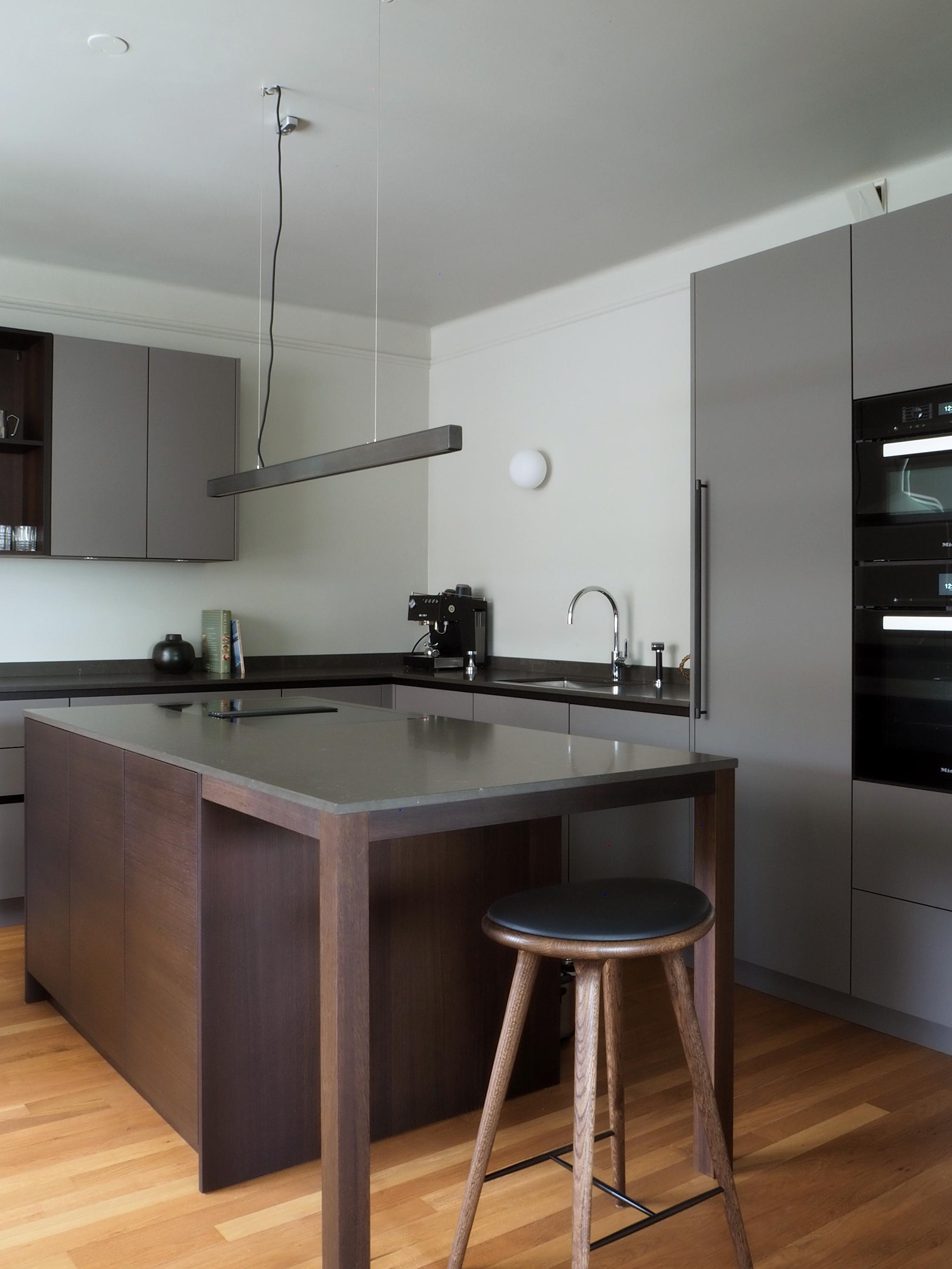 Kjøkkenøy med koketopp og barkrakk fra   Mater  .