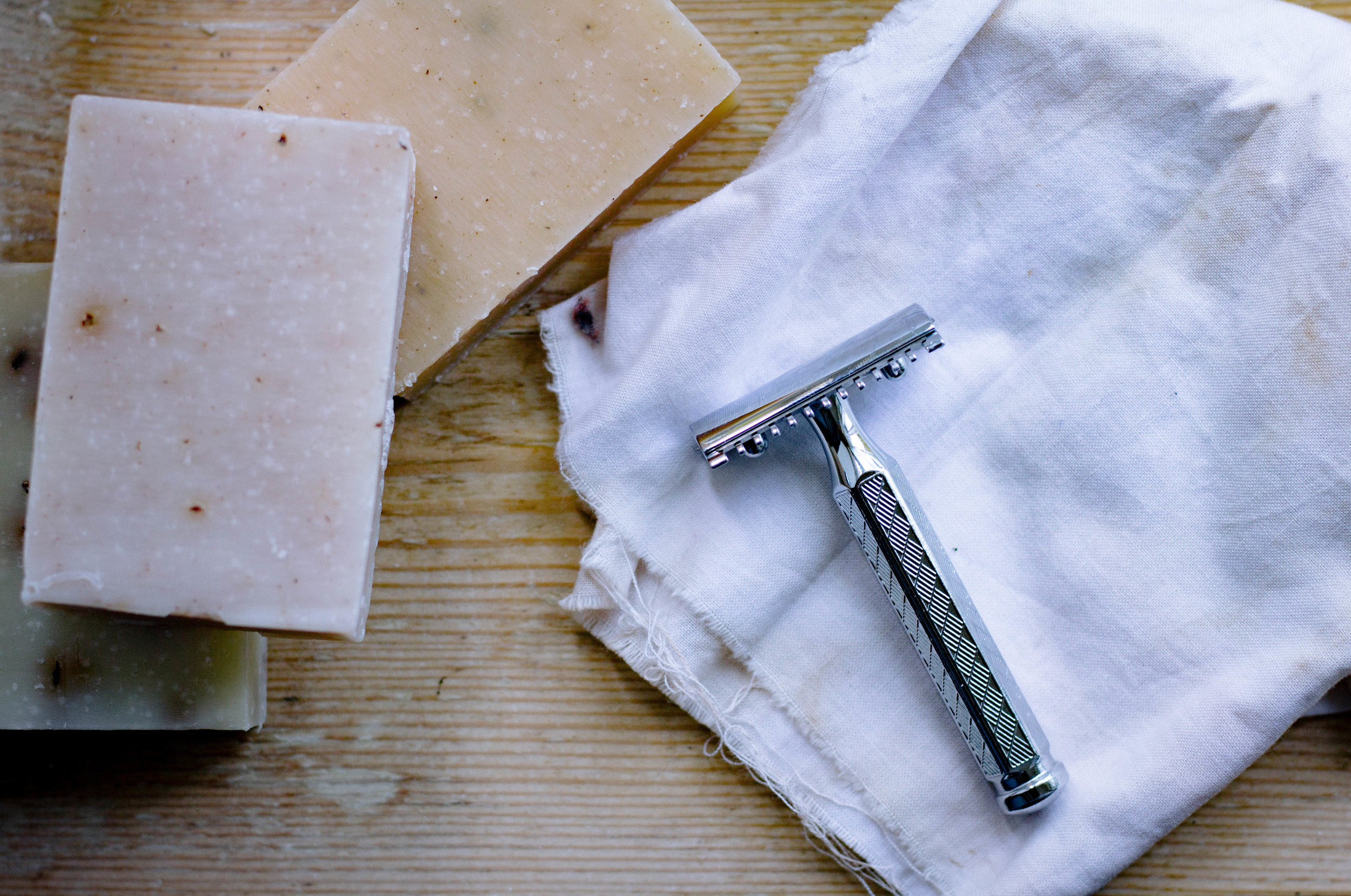 Switching from a disposable razor to a stainless steel razor | Eco-friendly living by The Foraged Life