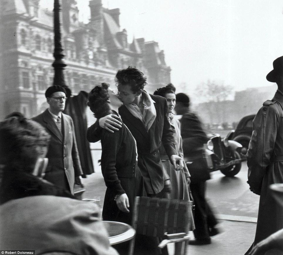 "Robert Doisneau, 1950 "" Le baiser de l'hôtel de ville "" = romantic love (and currently on display at Neomodern)"