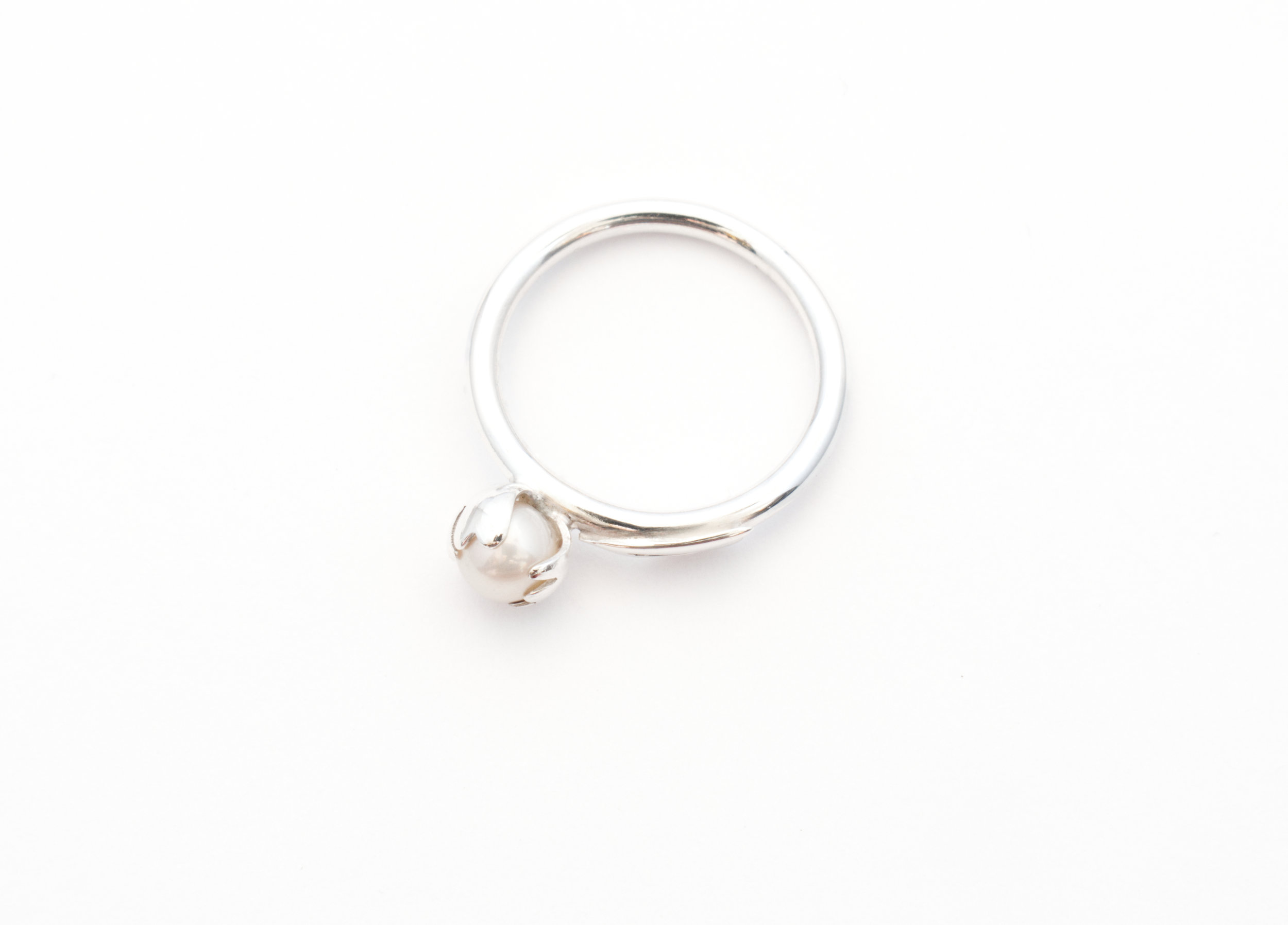A side view of the peony ring.