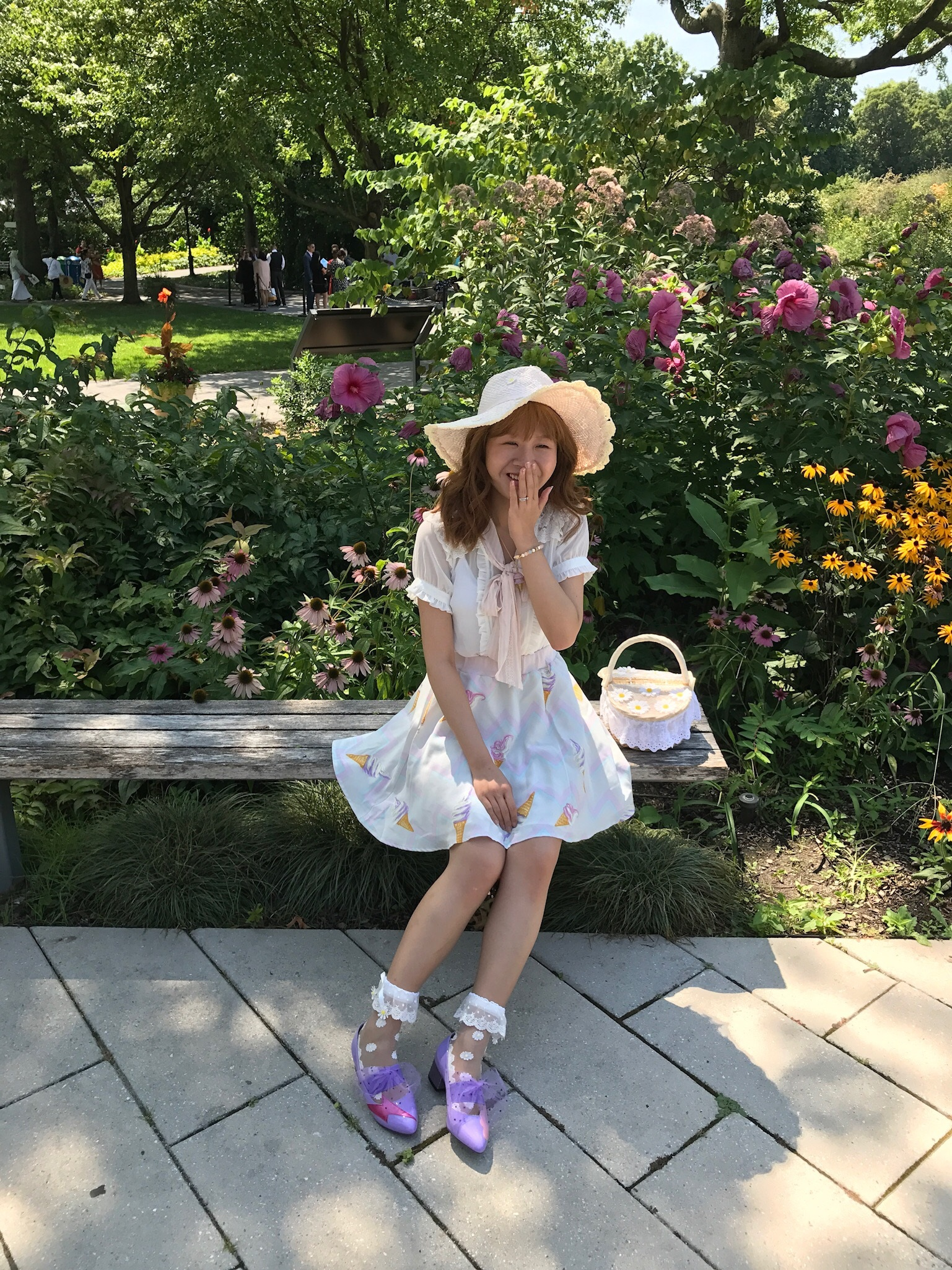 Top: LIZ LISA; skirt: MILK; bag: LIZ LISA: shoes: MILK: hat: LIZ LISA.
