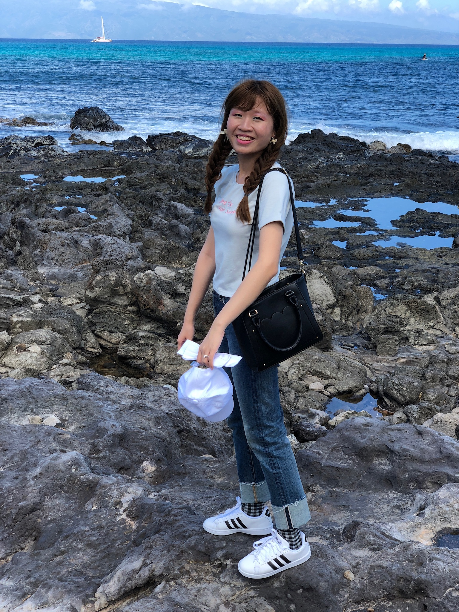 At Napili Beach. T-shirt: dazzlin; jeans: mercuryduo; socks: tutuanna; shoes: Adidas; hat: WC; bag: LODISPOTTO; earrings: LODISPOTTO.