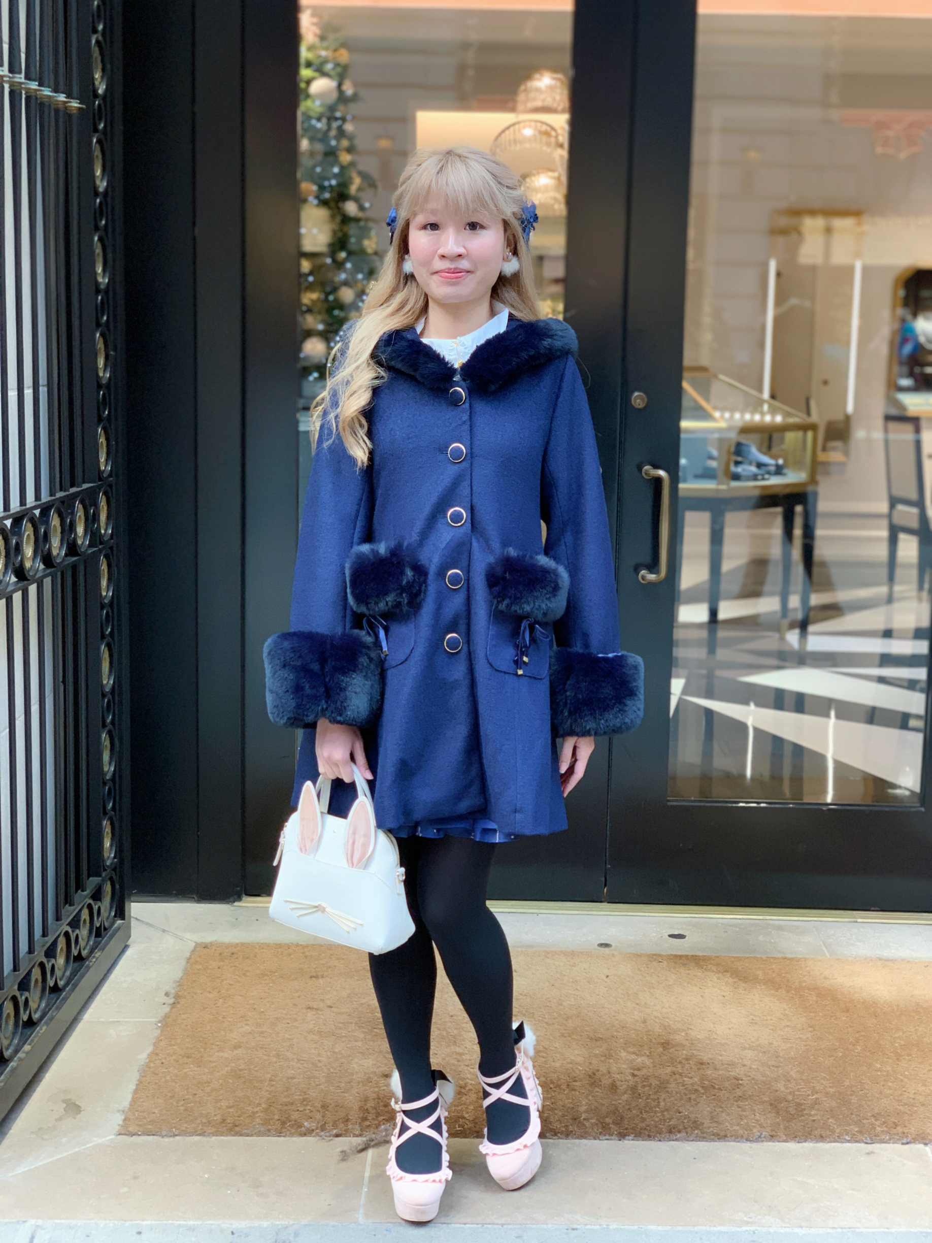 Coat: LIZ LISA; hair clips: LIZ LISA; earrings: Kate Spade New York; bag: Kate Spade New York; shoes: LIZ LISA.