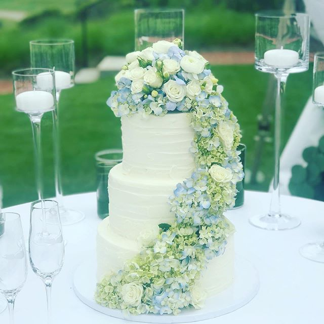 And that's it for Spring weddings! @handydallaireevents @soireefloral @flowersonchestnut @whiteelephantnantucket @acktivitieseventplanning @chanticleernantucket @nantucketgolfclub @thewestmoorclub @immaculatereceptionandevents #cakenantucket #nantucketwedding #sprinklecake #anniversarycake #nantucketbirthday