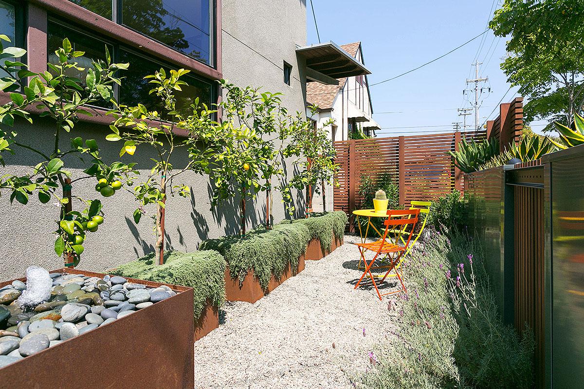 06 Front garden.jpg