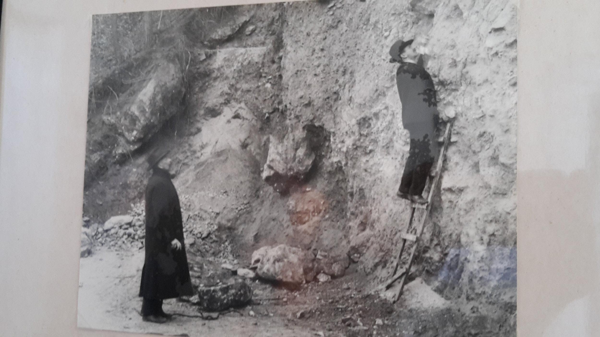 """museumshöhle - Zum Areal des Museums der NÖ-Landesfreunde gehört auch eine Höhle. Bei der Eröffnung des Museums 1905 wurde die Höhle als """"romantischer Platz"""" in eine Gartenanlage einge-bunden, mit Wegen Stufen, Bänken und Wasserbecken.Die gesamte Anlage wurde anlässlich einer Säuberungs- und Instandsetzungsaktion des Seibersdorfer Höhlenvereins im April 2010 wieder hergestellt."""