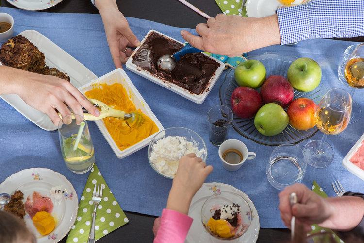 Servește gelato la un picnic în familie...