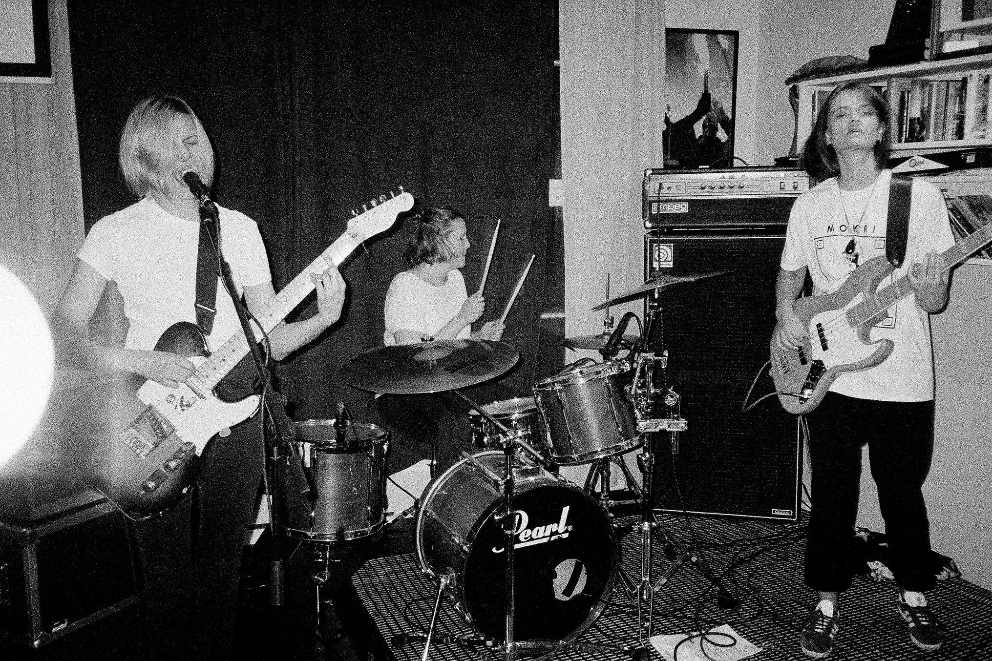 Dark times - Dark Times kom i 2010 ut av intet og satte fyr på Oslos undergrunnsscene med sin unike blanding av aggressiv punk og noiserock tilsatt en insisterende fuzz-ladet popteft. Etter flere EP-utgivelser albumdebuterte trioen i 2014 med